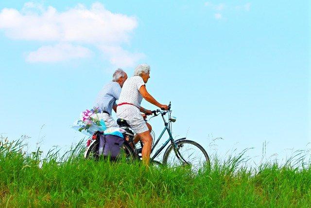 důchodci na kolech