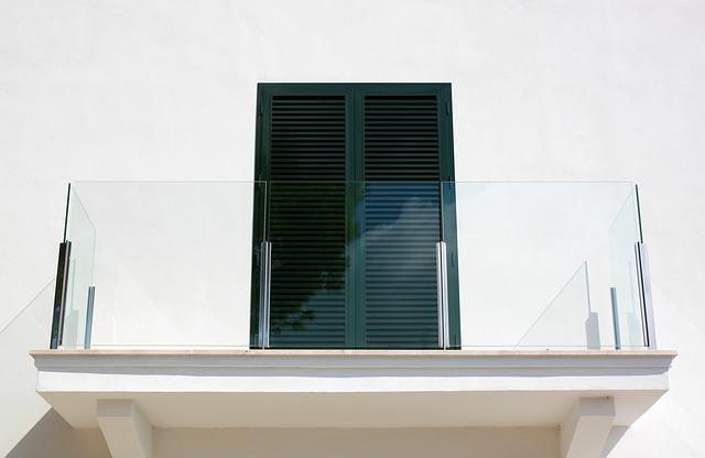 zábradlí ze skla na balkoně