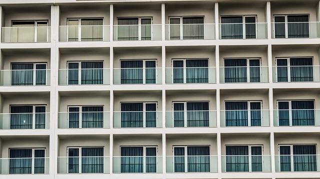 sklenene zabradli na balkonech