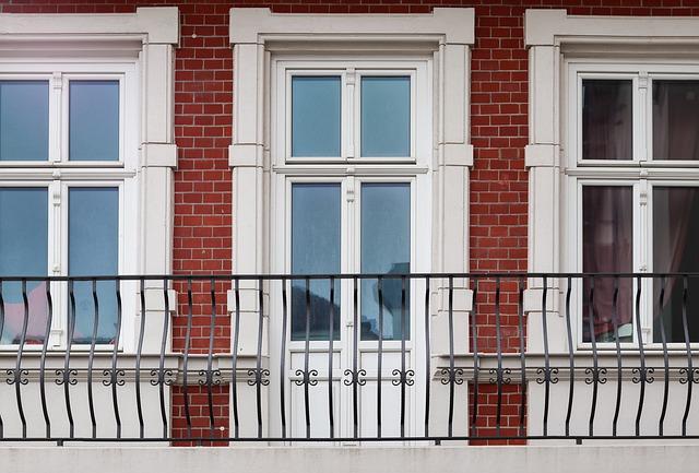 Balkón s bielym dverami a zábradlím.jpg
