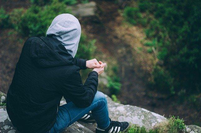 Mladý muž s kapucňou, príroda.jpg