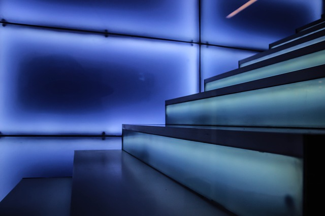 Schody, modré svetlo