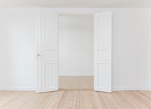 Otvorené dvere, biele