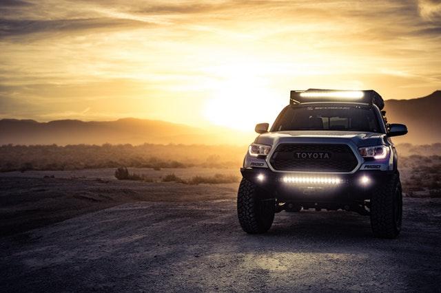 Terénne auto a západ slnka