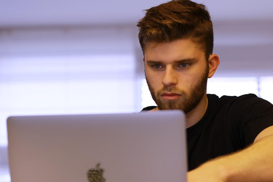 muž s notebookom